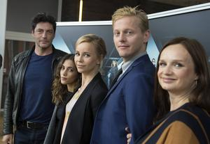 Skådespelarna Reuben Sallmander, Sarah-Sofie Boussnina, Sofia Helin, Thure Lindhardt och Maria Kulle medverkar i