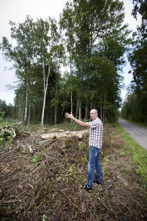 Avverkningen för det nya dubbelspåret har börjat. Men när man också började avverka den fågelrika skogen intill parkvägen i Fleräng slog Laszlo Szemenkor larm.