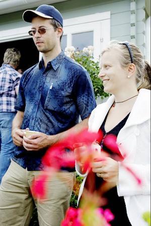 """Johan Lundqvist från Sundsbruk och Serena Bonato från Ås är båda nöjda med trädgårdskursen. """"Jag har ingen trädgård hemma, bara tomater på balkongen. Det här är jätteroligt att prova på, det ångrar jag inte"""", säger Johan Lundqvist om sommarkursen."""