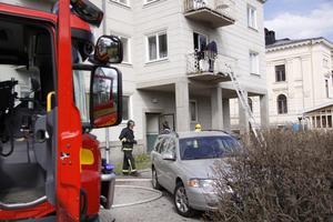 Ingen skadades vid branden, men rökskadorna uppges vara omfattande i lägenheten.