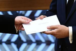 Europeiska rådets ordförande Donald Tusk. tog emot brevet från Theresa  May. Nu triggas artikel 50 i Lissabaonfördraget igång.