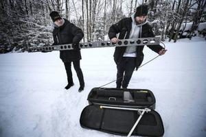 Petter Linde och Witold Urbas sätter samman den katapult som skickar iväg drönaren.