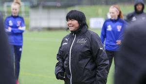 Eija Feodoroff drillade spelare och ledare i Norrala under lördagen på ett regnigt Borgs IP.