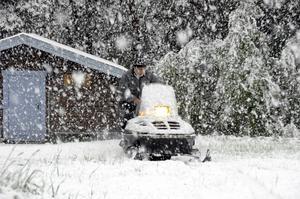 Snöoväder. Skotern försvann nästan i snön. Foto: Ung