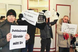 Asylsökande protesterar inne på Migrationsverkets kontor i Söderhamn.