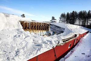 Den här bilden vill vi inte se igen. Taket till ett hönseri i Ockelbo rasade in på grund av för mycket snö i februari i år. Nu går Lantbrukarnas Riksförbund, LRF och Länsförsäkringar gemensamt ut och informerar lantbrukarna om att skotta tak och underhålla byggnader.