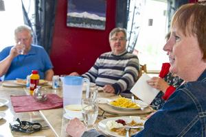 De fem politikerna och tjänstemännen från kommunen fick en enda lunchgäst när de bjöd in till spontanlunch i Ytterhogdal i torsdags. Sven-Olof Henriksson fick mycket tid att prata med Gunilla Zetterström Bäcke och Leif Nilsson på bild.