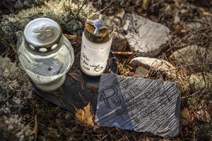 Urnan med Puttes aska ligger nergrävd på tomten och familjen har gjort en minnesplats med ljus och lyktor.