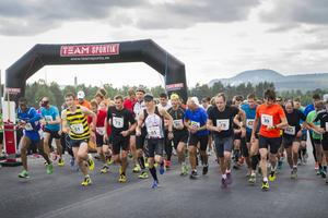 Deltagarna i årets Brolopp får möjlighet att springa över bron. Bilden är från starten av förra årets lopp som kallades E4-loppet.