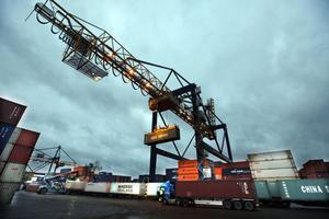 Gävle Containerterminal har kallats själva hjärtat i Gävle hamn. Därifrån lastas containrar på fartyg med destinationer över hela världen.