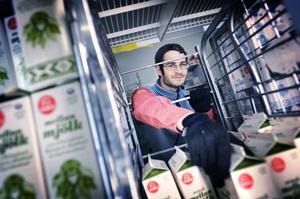 Anders Sandkvist arbetar på Coop Extra. Där säljer de lika mycket mjölk från Milko som före prishöjningen.