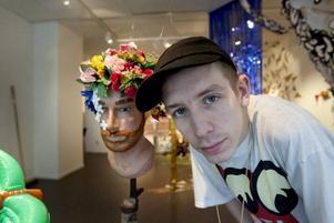 stajlar Kulturkiosken. Blivande modedesignern Erik Annerborn har klätt ett utställningsrum i en kostym av gamla och nya produkter.