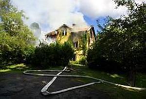 Foto:TERESE PERMAN Totalförstörd. En villa i centrala Ockelbo totalförstördes i en våldsam brand på söndagen. Den 95-åriga kvinna som bodde i huset chockades.