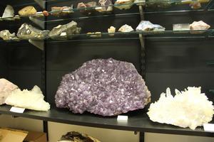 Järn ger ametisten dess vackra violetta färgspel.