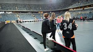 På fredagen fick spelarna komma in och bevittna hur Tele2 arena byggdes om.