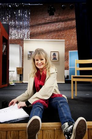 Annika Skarin sitter på scenkanten och repeterar texter och sånger inför Grycksborevyns premiär den fjärde februari.
