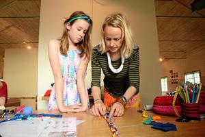 Gjorde en fläta. Emelia Runnamo fick hjälp av kursledaren Sara Hillersberg med att fläta ett hårband.