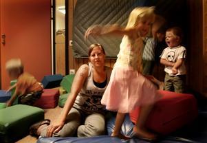 Tror det blir svårare. Förskolläraren Stina Tallgren som jobbar på Östansbo förskola tror att det blir svårare att bedriva bra pedagogisk verksamhet när personalen minskar. Hon har inte sett några tecken på att barngrupperna blir mindre. Foto: Tomas Isaksson
