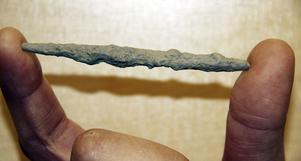 Litet fynd. Den här sylen användes under hela järnåldern för att göra hål i läder och trä. Den hittades i marken vid Giltuna och är nio centimeter lång.