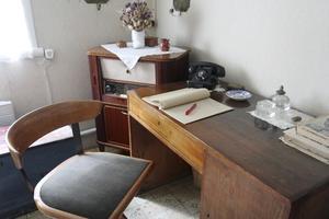 Precis Som förr. Skrivbordet står kvar i Moa Martinsons gamla sovrum. Den 21 augusti går en busstur till författarens hem.