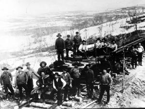 Året är 1902 och rallare jobbar med järnvägsbyggen. Även år 2015 vore det önskvärt med mängder av järnvägsbyggare runt om i Sverige.