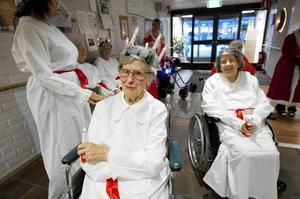 Lisa Asplund, 90 år, Faluns kanske äldsta lucia, skred fram i täten för sitt följe vid luciafirandet på Norshöjden.