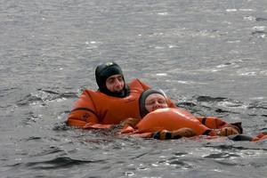 Brandmannen Niklas Bruhn räddar den nödställde yrkesfiskaren Per-Olof Johansson, som agerar nödställd, ur det kalla vattnet.