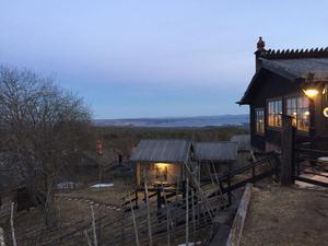 Utsikten ut över Orsasjön är milsvid.