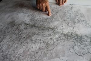 Här visar Rune Callberg den gamla kartan där man kan se var de gamla torpen låg, sammanlagt 58 torp.