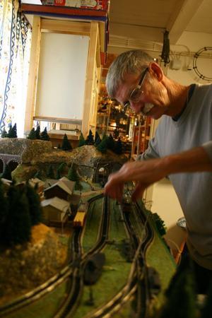 Jan Myrtorp försöker få i gång en tågbana som på ålderns höst har dragit på sig vissa elektriska problem.