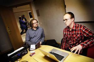 Jonas Hagström, till höger i bild, driver företaget Action Media Music som erbjuder förlicensierad musik till medieproducenter. I går hade han öppen verkstad för låtskrivare som ville testa sin musiks möjligheter. Jay Golton är bland annat låtskrivare och ville veta mer om företaget. Foto: Anneli Åsén
