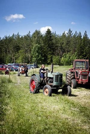 Solen sken på både traktorer, traktorägare och besökare på Källviks gård.