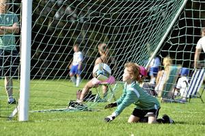 Kepsen flög. I andra halvlek vaktade Ebba Segerström målet så intensivt att kepsen flög all världens väg när hon kastade sig efter bollarna.