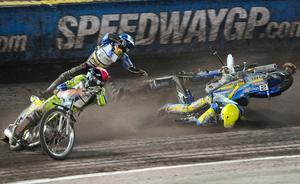Emil Sajfutdinov, i blå hjälm, flyger efter att Tomasz Gollob kört på honom. Sajfutdinov skadade sin handled och kommer inte att köra mer den här säsongen.