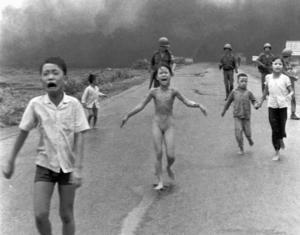 Bilden av de vietnamesiska barnen som brännskadade flyr från sina napalmbombade hem bidrog till att vända hemmaopinionen i USA mot vietnamkriget. Flickan i mitten heter Kim Phuc och 25 år och 17 operationer senare bildade hon Kim foundation för krigsskadade barn. Foto: Nick Ut/AP Code:433/9909  COPYRIGHT SCANPIX SWEDEN