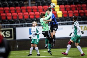 Matilda Jakobsson fångar bollen framför Melinda Ingalls.