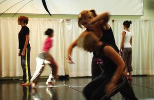 Utbyte. Dansarna från franska Rennes visar upp sin koreografi för Martin Kochs danselever. Foto:Karin Janson