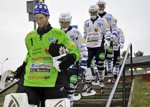 Laddade IFK Rättvik spelare på väg mot isovalen i Rättvik arena.