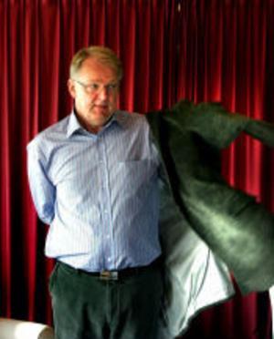 På turné för arbetsrätten och lönerna. Arbetslivsminister Hans Karlsson ska hjälpa facken att argumentera mot de borgerligas politik.