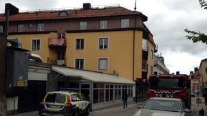 En kvinna föll från taket på trevåningshuset på Kyrkogatan.