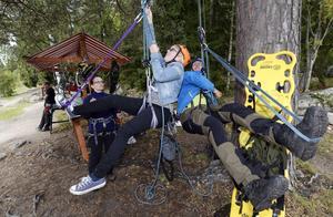 Liza Runsvik Nygren provade att repklättra i träd med hjälp av Eleonor Törngren och Håkan Thörnberg från Expedition altitude.