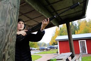 Med sikte på framtidens älgar. Simon Enqvist tränar på skjutbanan i Stockkumla. En älg av papp ska just dyka upp i andra änden av fältet.
