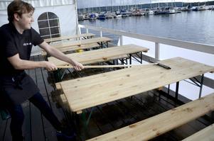 Det intensiva regnandet gjorde att det bara var för Erik Lundemo, och annan personal i Krogstråkets tält, att skrapa borden rena från vatten.