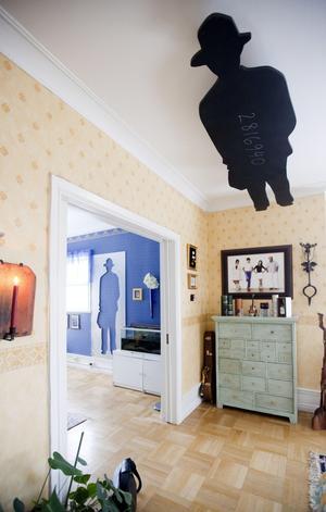 Annorlunda. Detta konstverk har plats i två rum. Jonathan Borofsky heter konstnären.