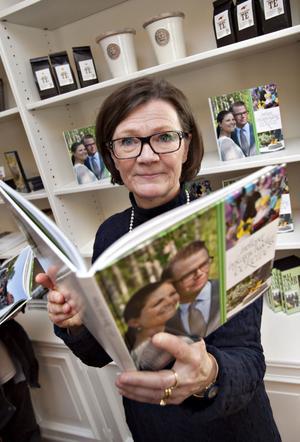 Utvecklingschef. Monica Järnkvist visar upp fotoboken med bilder och berättelser från den stora byfesten då Daniel och Victoria gifte sig, samt från besöket förra året.