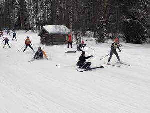 Sönderplogade spår och fallande skidlöpare. En vanlig syn i backarna från Risbergs fäbod ned mot kontrollen.