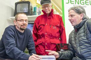 När författaren Micael Lindberg signerar böcker på bokhandeln i Sveg kommer många gamla vänner och bekanta förbi och det blir prat och skratt. De dryftar gamla tider och roliga minnen, det handlar om klasskamrater, lärare och fiske. Här tillsammans med Bo Jansson och Stefan Skinken Tullnérs.