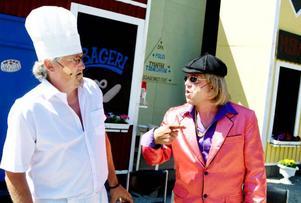 Bagaren Helmer och den kriminelle musikmanagern Stoffe hamnar genast i olag med varandra i kampen om Märtas hjärta.