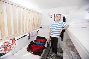 På bara ett par kvadratmeter får fyra sängar plats i ett av rummen. Sängarna kan fällas upp när de inte används.