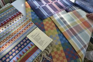 Närkevävar. Gubbatäcke med närkemotiv och Närkedrällen är några av de textilier som tillverkas i Fjugesta vävstuga.